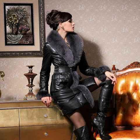 immagine che ritrae una donna sexy vestita di pelle