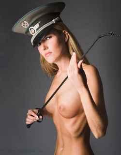 immagine che ritrae una bionda con cappello militare e frustino