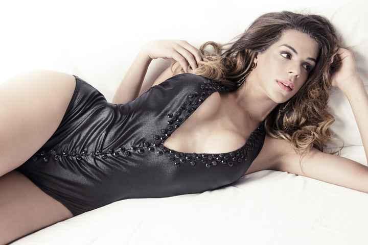 immagine che ritrae un trans sensuale con indosso un body in pelle nera