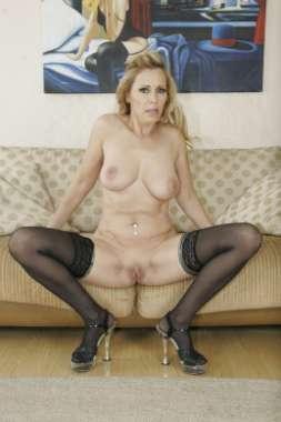 immagine di una donna a gambe aperte sul divano di casa