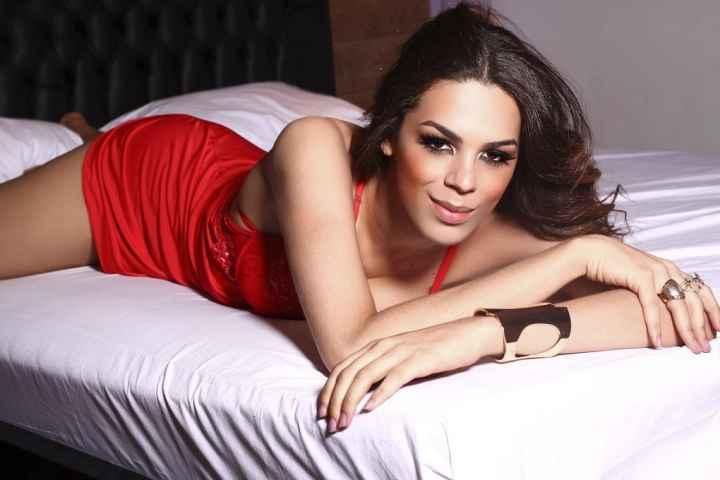 immagine di una bellisima transessuale vestita di rosso