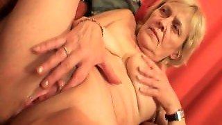 anziana puttana al telefono