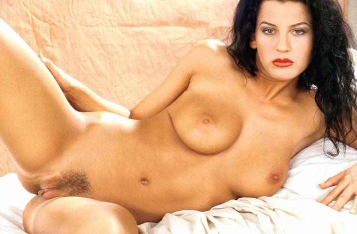 immagine di una morettina nuda con le gambe aperte
